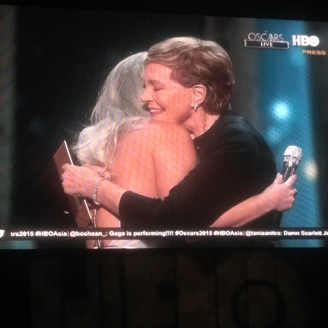 Awww #JulieAndrews just came on stage to hug @ladygaga for her wonderful performance <3 #HBOAsia #Oscars2015 #Oscars